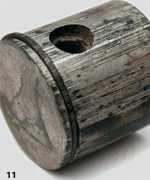 Сильные задиры на поршне и поршневом кольце, тоже только со стороны глушителя