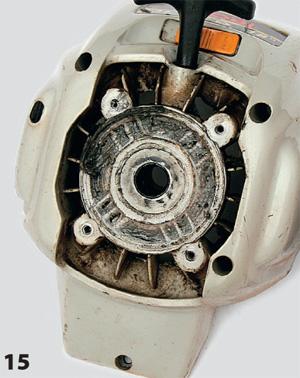 Последствия смещения коленвала — повреждения кожуха сцепления корпуса стартера сдвинувшимся барабаном сцепления