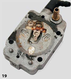 «Уж сколько раз твердили миру…» — перед длительным хранением остатки топлива из бака необходимо слить, а потом завести мотор и дожечь то, что осталось в карбюраторе
