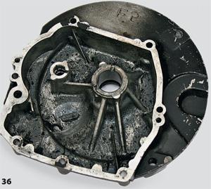 Несвоевременная замена масла в двигателе. На фото — крышка картера двигателя с осадком…