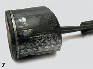 Последствия «половинной» работы кольца. Там, где оно залегло, поршень дерет цилиндр, появляются многочисленные глубокие царапины