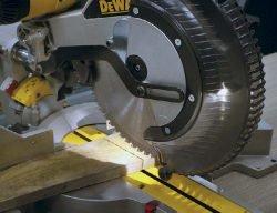 DeWALT DWS780 пила торцовочная торцовочно усовочная протяжка подсветка светодиодная
