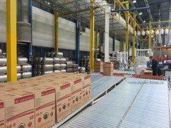 При помощи автоматического погрузчика новенький водонагреватель Ariston поступает на склад готовой продукции