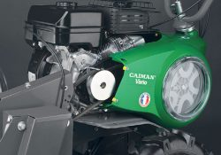 Навесное оборудование подключается к мотоблоку спереди, для установки приводного ремня снимают переднюю часть кожуха ременной передачи и меняют фрезы на пневмоколёса или колёса с грунтозацепами