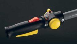 На правой ручке находится выключатель двигателя (среднее положение — «зажигание включено»), для выключения рычажок передвигают вперёд или назад, а также привод пневмосцепления — жёлтая клавиша и красный рычажок её разблокировки
