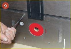 Установка фрезера Triton TRA001 во фрезерный стол Jet JRT‑2. Крепление к столу