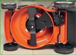 Husqvarna LC 140S – бензиновая самоходная газонокосилка с шириной кошения 40 см