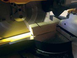 DeWALT FlexVolt DHS780 аккумуляторная торцовочно усовочная пила подсветка
