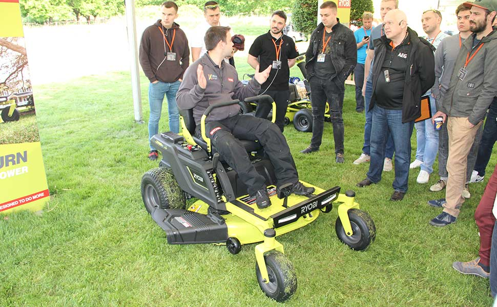 Конференция Ryobi 2019 Лондон ZTR480EX аккумуляторный райдер трактор