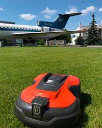 Husqvarna Automower 310 робот газонокосилка Хускварна ВДНХ ВВЦ газон павильон Космос