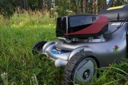 Аккумулятор в слоте газонокосилки Honda HRG466XB