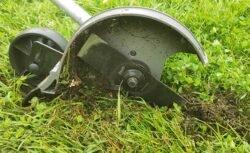 кромкорез подрезчик краёв газона в работе